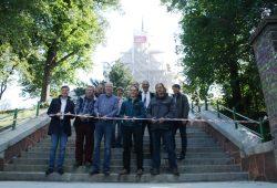 Banddurchschnitt auf der erneuerten Treppenanlage zur Paul-Gerhardt-Kirche. Foto: Ralf Julke