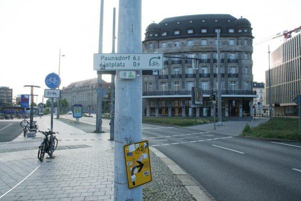 Hier geht es tatsächlich los: Wegweiser auf der Ostseite des Hauptbahnhofs. Foto: Ralf Julke