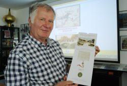 Werner Franke mit dem Jubiläumskalender für Großzschocher. Foto: Ralf Julke