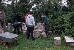"""Schwere Holzarbeiten gleich am ersten Tag im Camp. Foto: """"Die VILLA"""""""