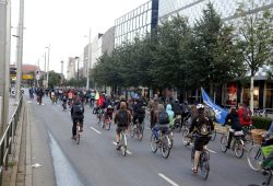 19:05 Uhr: Auf dem Fahrrad gegen Legida über den Innenstadtring (Höhe Wagnerplatz). Foto: L-IZ.de