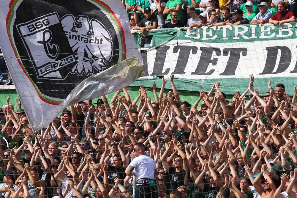 Eintracht und Chemie - eine Fanfreundschaft wird zum Fußballspiel. Foto: Jan Kaefer