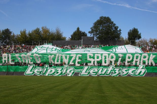"Sag es mit Luftballons: Schriftzug ""Alfred Kunze Sportpark"". Foto: Jan Kaefer"