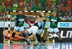 Bastian Roscheck (mi.) stoppt Alexander Hermann. Alen Milosevic (li.) und Niclas Pieczkowski (re.) sichern ab. Foto: Jan Kaefer