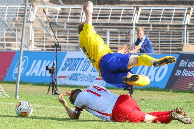 Im prestigeträchtigen Duell stolpert der 1. FC Lok gegen Rasenballsport II. Hier fliegt Maik Georgi (#7, Lok) über Alexander Siebeck (#14, RB). Foto: Jan Kaefer