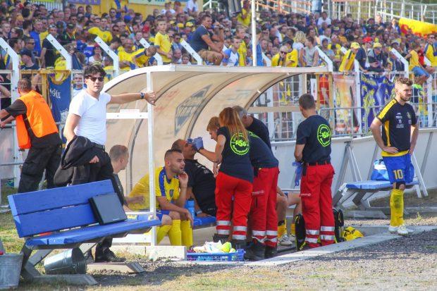 Der durch einen Knaller verletzte René Gruschka wird auf der Bank des 1. FC Lok behandelt. Foto: Jan Kaefer