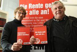 Adam Bednarsky und Dr. Dietmar Pellmann mit den Flyern zur Rentendiskussion. Foto: Ralf Julke