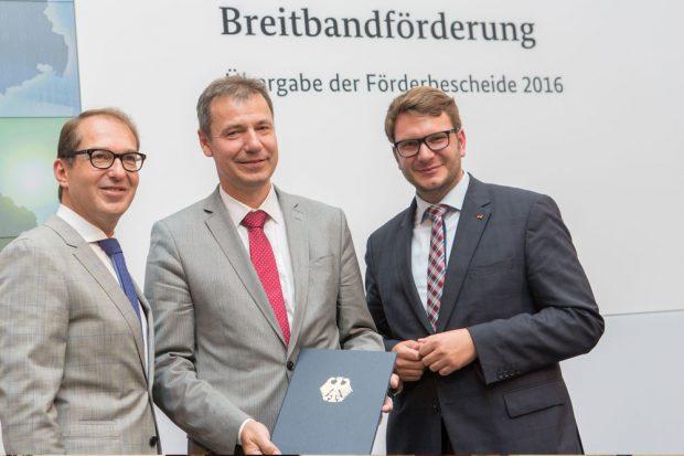 (v.l.n.r): Bundesminister Alexander Dobrindt, Landrat Kai Emanuel, Mitglied des Bundestages Marian Wendt. Foto: BMVI