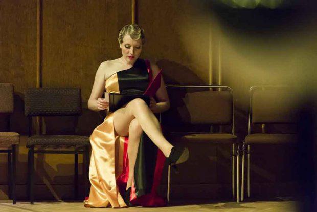 Bettina Schmidt spielt die Jugendfreundin L. Foto: Rolf Arnold