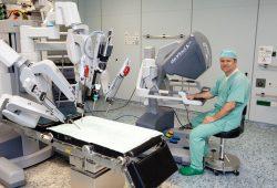 """Prof. Jens-Uwe Stolzenburg; Direktor der Klinik und Poliklinik für Urologie, am """"da Vinci""""-Operationsroboter. Foto: Stefan Straube / UKL"""
