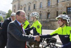2013 nahm Innenminister Ulbig die Leipziger Fahrradstaffel werbewirksam in Dienst. Foto: Martin Schöler