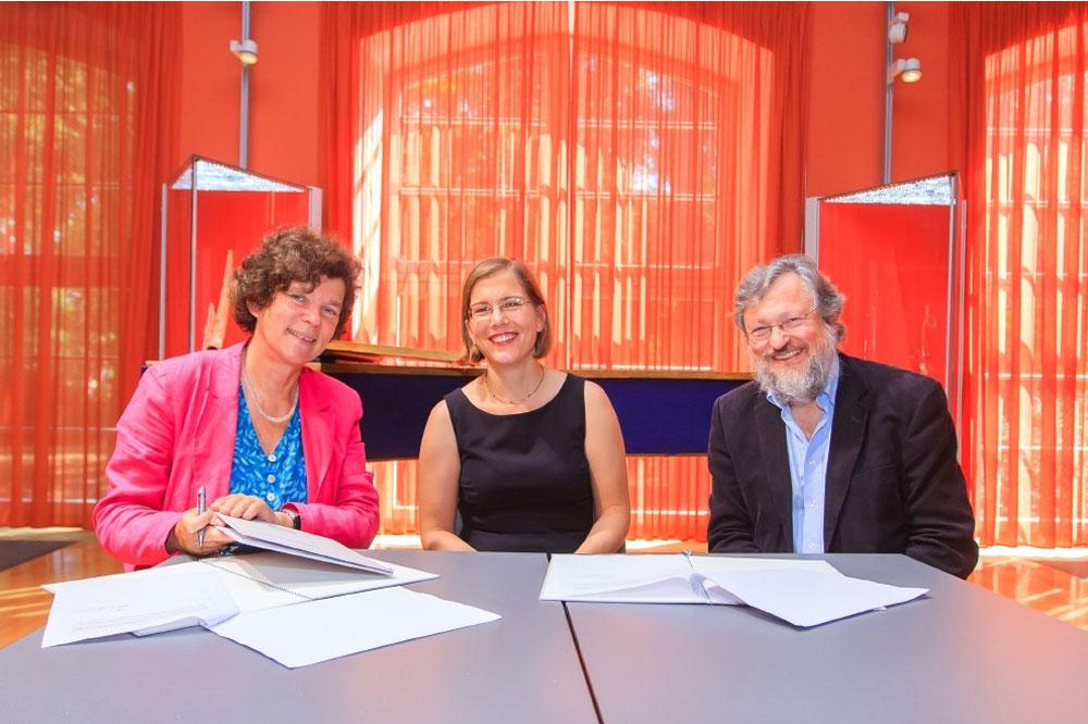 Unirektorin Beate Schücking, Kulturbürgermeisterin Skadi Jennicke und HMT-Rektor Martin Kürschner (v.l.n.r.) bei der Unterzeichnung der Kooperationsvereinbarung, Foto: Swen Reichold