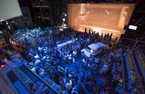 In der Raumbühne befinden sich die Zuschauer mitten im Geschehen. Foto: Falk WenzelIn der Raumbühne befinden sich die Zuschauer mitten im Geschehen. Foto: Falk Wenzel