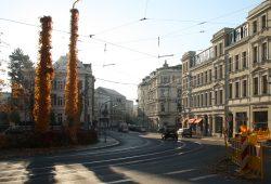 Ein Sonntagsbild vom Kirchplatz in Gohlis. Foto: Ralf Julke