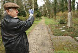Roland Mey an der abgeschiedenen Gedenkstätte auf dem Südfriedhof. Foto: Ralf Julke