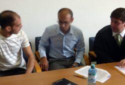 Der Angeklagte (l.) beim Prozessaufkatkt am 22. August mit seinem Dolmetscher (M.) und seinem Verteidiger André Röhrich (r.) Foto: Lucas Böhme