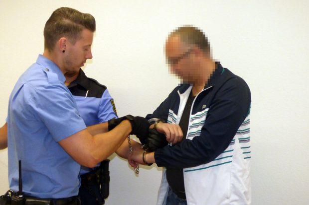Dem Angeklagten Nikola M. werden im Gerichtssaal die Handschellen abgenommen. Foto: Lucas Böhme