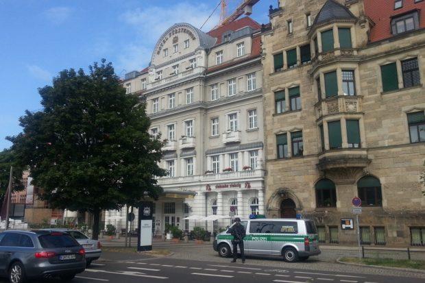 Polizeibeamter rechts vom Hotel Fürstenhof. Foto: L-IZ.de