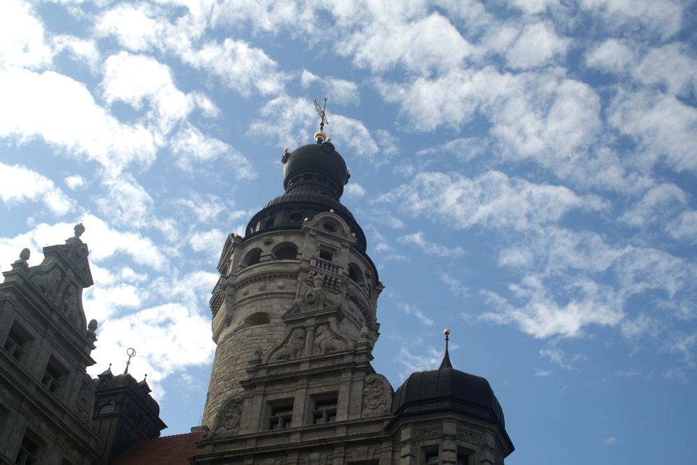 Der Turm des Neuen Rathauses. Foto: Ralf Julke