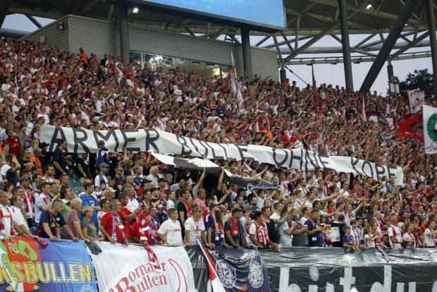"""""""Armer Bulle ohne Kopf"""" – Reaktion der RB-Fans auf den abgetrennten Bullenkopf beim vergangen Spiel gegen Dynamo Dresden. Foto: Alexander Böhm"""