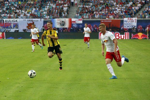 Der Leipziger Timo Werner bringt die Dortmunder in Bedrängnis. Foto: Alexander Böhm