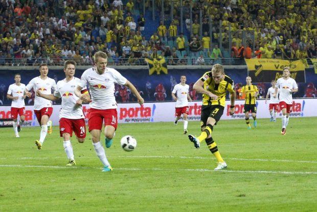 Kurz vor knapp wird es für die Leipziger brenzlig – André Schürrle zieht aufs Tor ab, triff aber nicht. Foto: Alexander Böhm