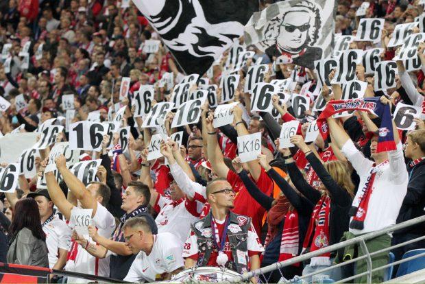 Dem verletzten Klostermann wünschten die Fans mit Spruchbändern und Zetteln, die seine Rückennummer 16 zeigten, gute Besserung. Foto: GEPA Pictures