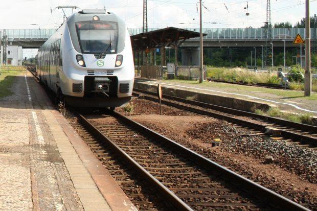 S-Bahn am alten Bahnsteig in Gaschwitz. Foto: Ralf Julke