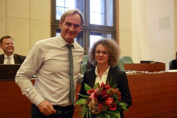 Oberbürgermeister Jung gratuliert der wiederbestellten LWB-Geschäftsführerein Ute Schäfer. Foto: Alexander Böhm
