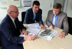 Investor Hans-Jürgen Schenk im Gespräch mit Landrat Henry Graichen (CDU) und Bürgermeister Jens Spiske (FWM) (v. l.). Foto: Stadt Markranstädt