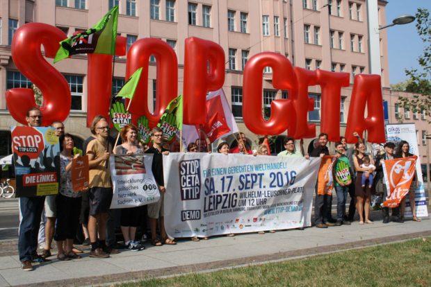 Fototermin vorm Volkshaus: Stop CETA! Foto: Ralf Julke