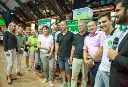 Glücksfee Cindy Roleder und die Gewinner. Foto: Karsten Mann