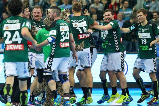 Bilder, an die man sich gern gewöhnt: Die DHfK-Handballer beim Feiern ihres Erfolges. Foto: Jan Kaefer