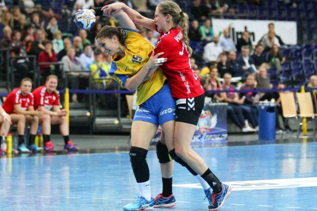 Tamara Bösch - hier im Duell mit Kim Wahle - zog sich einen Kreuzbandriss im rechten Knie zu und muss die Saison damit beenden. Foto: Jan Kaefer