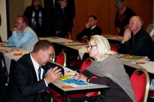 Stadtrat Achim Haas und Christine Clauß (MdL, Ex-Sozialministerin Sachsens) hatten auch noch etwas vor der Wahl zu besprechen. Foto: L-IZ.de