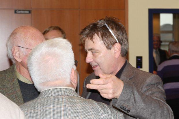 Am Rande die Köpfe zusammenstecken. Polizeipräsident Bernd Merbitz (CDU) erörtert ... Foto: L-IZ.de