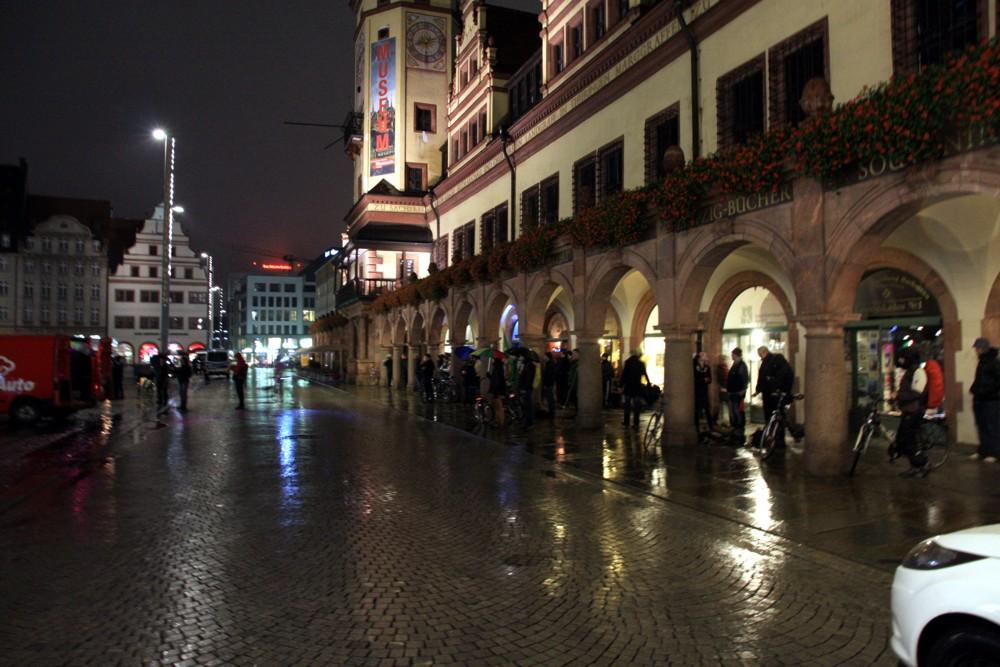 Bis zum Schluss ausgehalten. Die letzten stellten sich bei Dauerregen lieber unter. Foto: L-IZ.de
