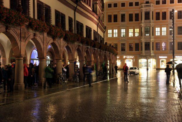 Bis zum Schluss ausgeharrt. Die letzten Verbliebenen lauschten noch den Ansprachen auf dem Markt. Foto: L-IZ.de