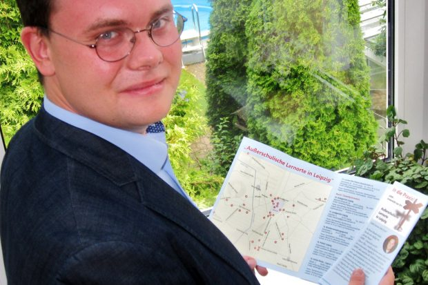 Eric Buchmann mit dem fertigen Faltblatt. Foto: privat