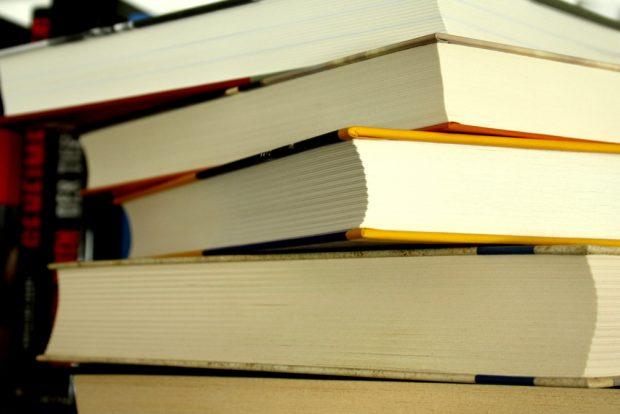 Ein Stapel schöner dicker Bücher. Foto: Ralf Julke