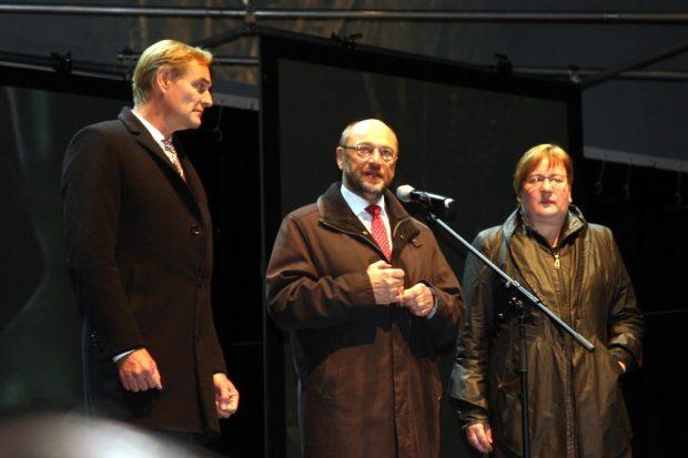Burkhard Jung, Martin Schulz (SPD) und Iris Gleicke (Ostbeauftragte) auf der Bühne. Foto: L-IZ.de