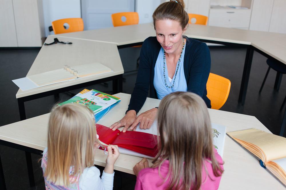 Dr. Julia Dobroschke entwickelte in ihrer Dissertation ein Konzept, wie Schulbücher für blinde und sehbehinderte Kinder einfacher hergestellt werden können. Foto: Johannes Ernst/HTWK Leipzig