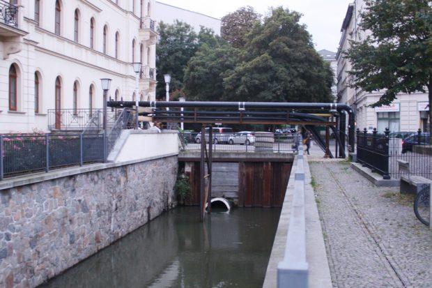 Blick auf die Funkenburgbrücke mit den umverlegten Leitungen. Foto: Ralf Julke