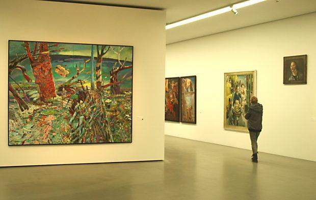 """Gille-Ausstellung. Im Vordergrund: """"Korona"""" von 2012 / 2013. Foto: Ralf Julke"""