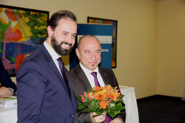 Glatt durchmarschiert und Blumen gabs vom Justizminister Sebastian Gemkow (l.). Thomas Feist. Foto: L-IZ.de