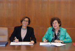 Die Rektorinnen Prof. Dr. Gesine Grande (HTWK Leipzig) und Prof. Dr. Beate Schücking (Universität Leipzig) unterzeichneten am 5. Oktober 2016 eine neue Kooperationsvereinbarung. Foto: Kristina Denhof