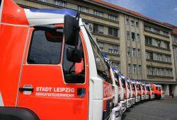 Aufgereihter Wagenpark vor der Hauptfeuerwache. Foto: Ralf Julke