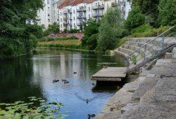 Beliebter Aufenthalt: Steintreppe am Karl-Heine-Kanal. Foto: Marko Hofmann