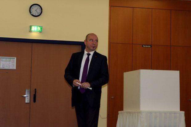 Kurz vor halb Zwei im kleineren Saal ein Blick zurück und nach vorn. Dr. Thomas Feist ungefährdet Richtung Bundestagswahl 2017. Foto: L-IZ.de