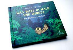 Jörg Mühle, Moni Port: Was sitzt im Wald und winkt? Foto: Ralf Julke